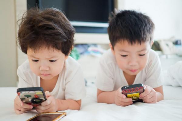 طفلة بعامين فقط تعاني قصر نظر شديد بسبب مشاهدة الهاتف كل يوم لمدة عام