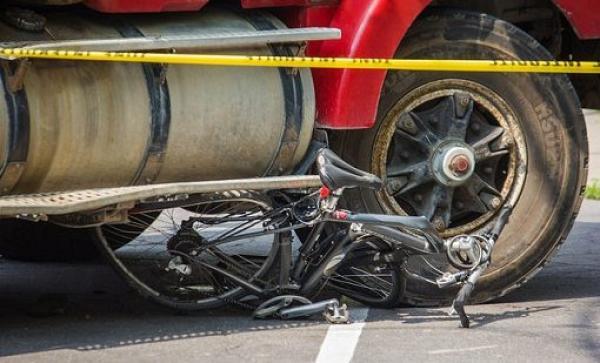 """في أول أيام رمضان...""""رموك""""' يسحق سائق دراجة هوائية تحت عجلاته ويحاول الفرار"""