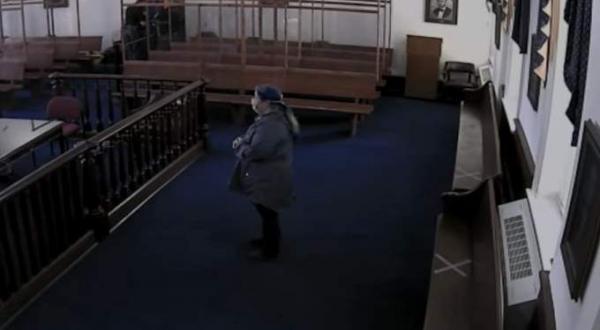 لحظة هروب مدمن من قاعة محكمة أمريكية وإصابة ضابط(فيديو)