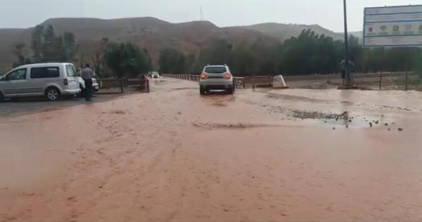 """فيضان على واد """"الزات"""" ضواحي مراكش يقطع الطريق الوطنية 9 لساعات (فيديو)"""