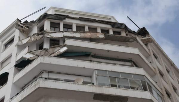 بالصور..سقوط 3 شرفات في أحد العمارات بالدار البيضاء وهذه تفاصيل ما وقع