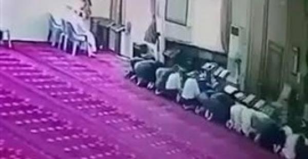 لم يمض على زواجه سوى 3 أسابيع.. لحظة وفاة شاب صائماً أثناء صلاته بالمسجد (فيديو)