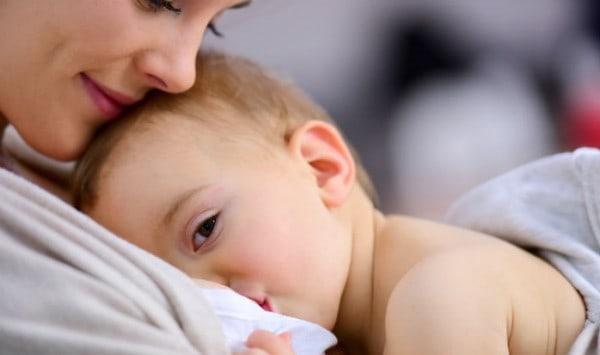 متى يجب علي إرضاع طفلي؟