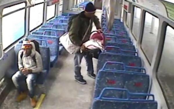 أب مهمل يطارد قطارا بعد ترك طفله بداخله لتدخين سيجارة (فيديو)