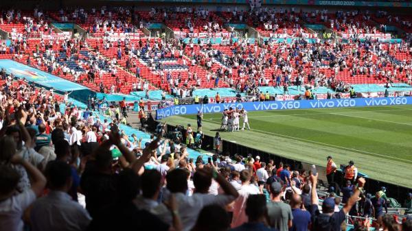 مشجع في حالة حرجة بعد سقوطه من المدرجات خلال مباراة إنجلترا وكرواتيا