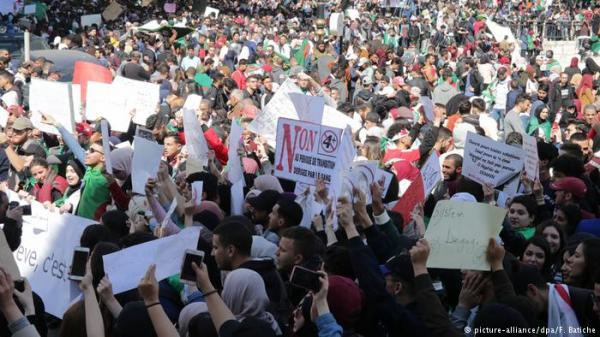 """في تطور منتظر...الشعب الجزائري يغير مطلبه من """"إسقاط العهدة الخامسة"""" إلى """"تغيير النظام"""""""