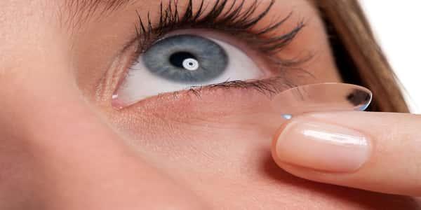 انتبهي..العدسات الملونة خطر يهدد عينيك