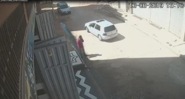 مطاردة هوليودية لسيارة طبيب مسروقة من محل غسل السيارات وهذا ما فعله سارقها (فيديو حصري)
