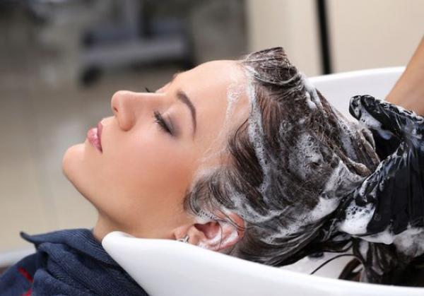 طريق صحية لغسل الشعر بدون شامبو