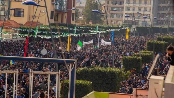 """الجزائريون يتحدون """"بوتفليقة"""" وقائد الجيش ويجتاحون الشوارع طلبا لإسقاط النظام"""