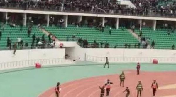 بالفيديو: أحداث شغب ومواجهات بين جمهور حسنية أكادير  والرجاء البيضاوي داخل الملعب