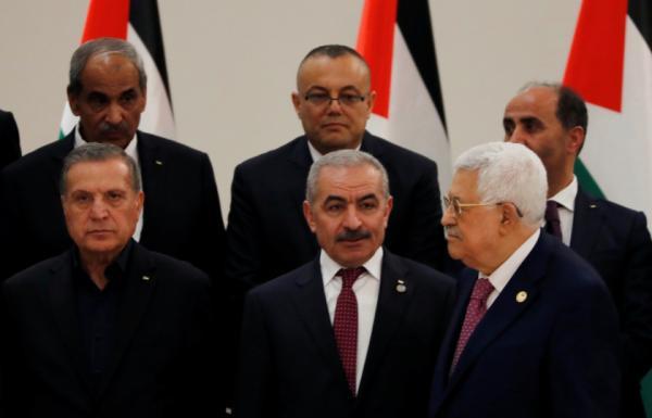 """في سابقة: الحكومة الفلسطينية الجديدة تحلف """"اليمين الخطأ"""" والرئيس يأمر بإعادته"""