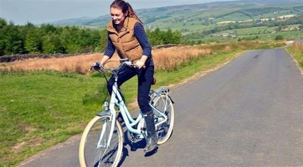 ما الوضعية الصحيحة للجسم عند ركوب الدراجة الهوائية؟