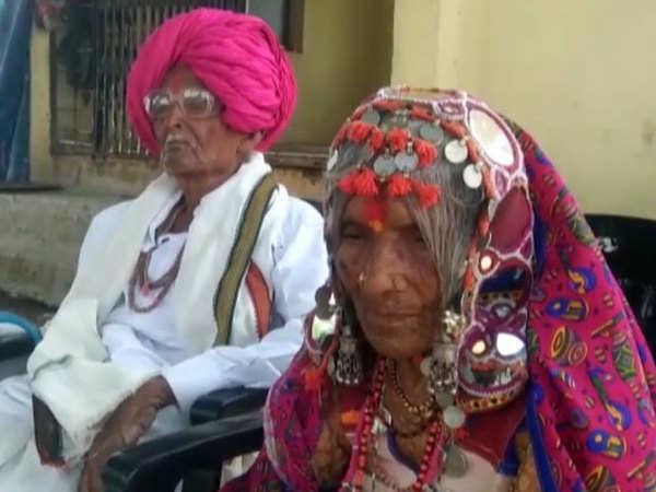 عمره 105 أعوام: هندي وزوجته المسنة يقهران كورونا(فيديو)