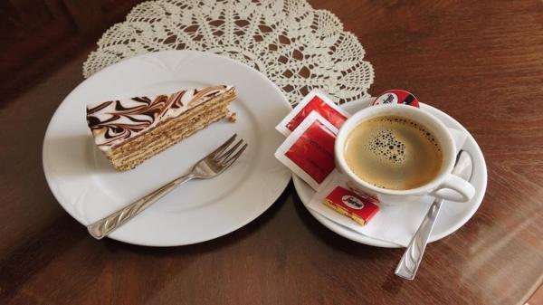 تناول الحلويات مع القهوة يزيد الرغبة في تناول السكر
