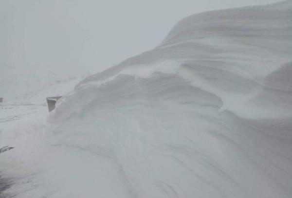 تدوينات فايسبوكية تكشف عن معاناة الأساتذة مع الثلوج بضواحي أزيلال والمديرية ترد ببلاغ توضيحي