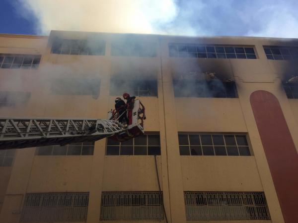 البيضاء: حريق مهول بمعمل لإنتاج الحلويات يستنفر 6 شاحنات إطفاء و80 فرادا من الوقاية المدنية (فيديو)