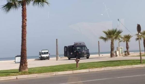 """بالصور .. إنزال أمني مكثف بـ""""كورنيش"""" طنجة تحسبا لمسيرة احتجاجية نحو الشواطئ من أجل السباحة"""