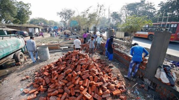 الهند تبني جدارا حتى لا يرى ترامب بيوت الفقراء خلال زيارته