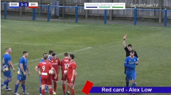 في غضون 12 ثانية.. لاعب كرة قدم يتلقى ثلاث بطاقات