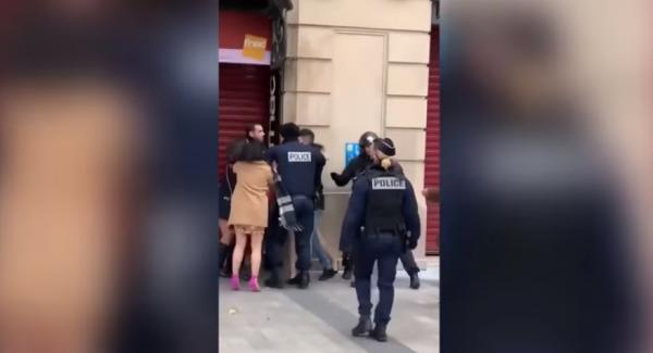 بالفيديو: فنانة مغربية تتشاجر بالأيدي مع فتيات في الشارع بفرنسا