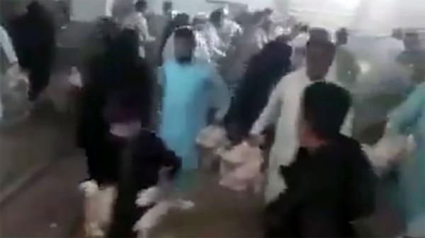 بسبب غلائه وندرته: إيرانيون يقتحمون وينهبون محلا لبيع الدجاج (فيديو)