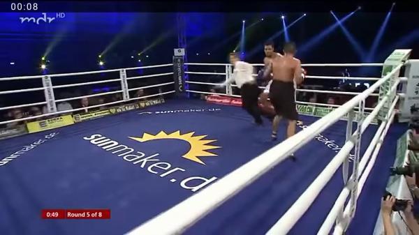 لقطة طريفة من مباراة البطل محمد ربيعي ضد خصمه المكسيكي