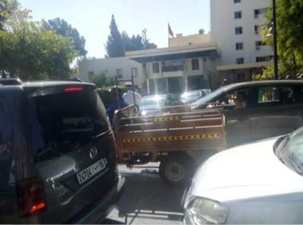 استمرار التوتر بفاس وأفراد يعرقلون السير والجولان واتهامات لمهنيي سيارات الأجرة الكبيرة وهذا موقف الوالي