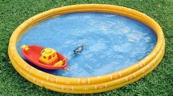 تبتكر طريقة فريدة لنفخ حوض السباحة في منزلها باستخدام أدوات بسيطة