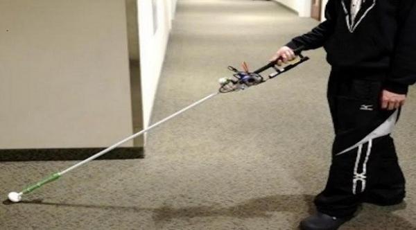 عصا روبوتية تساعد المكفوفين على التنقل
