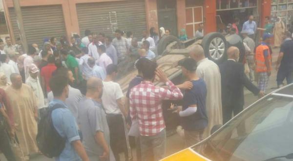 بالصورة: حادثة غريبة..انقلاب سيارة وسط المدار الحضري بهذه المدينة وسط دهشة المواطنين