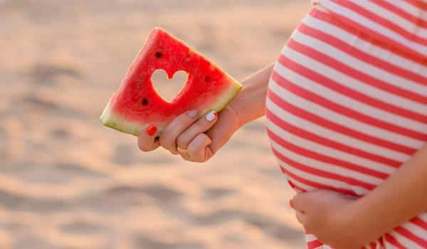 إلى النساء الحوامل...عليكن بالبطيخ الأحمر
