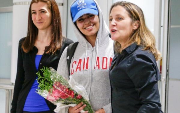 """بالفيديو: في تحد واضح للسعودية...وزيرة خارجية كندا تستقبل شخصيا الفتاة الهاربة """"رهف"""""""