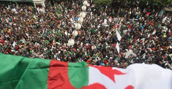"""الجيش الجزائري """"يدعي"""" تفكيك خلية إرهابية كانت على وشك تفجير مسيرات الحراك"""