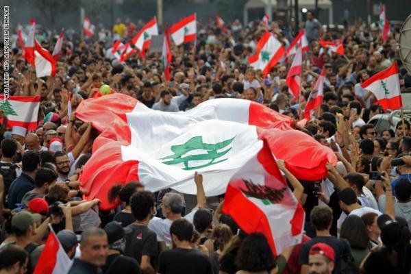 الحريري يرضخ لغضب الشارع اللبناني: تخفيض رواتب الوزراء والبرلمانيين إلى النصف ولا ضرائب جديدة