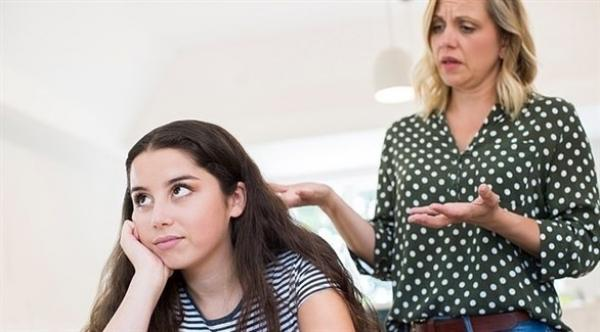 امرأة تزيل باب غرفة نوم ابنتها عقاباً لها على اختراق حسابها على إنستغرام