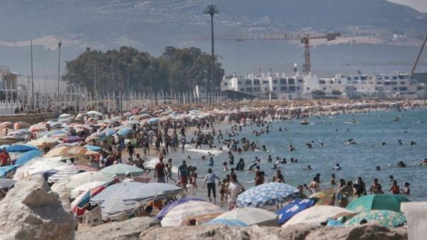 مع اقتراب فصل الصيف...هل يمكن لفيروس كورونا أن ينتقل عبر مياه البحر والمسابح؟