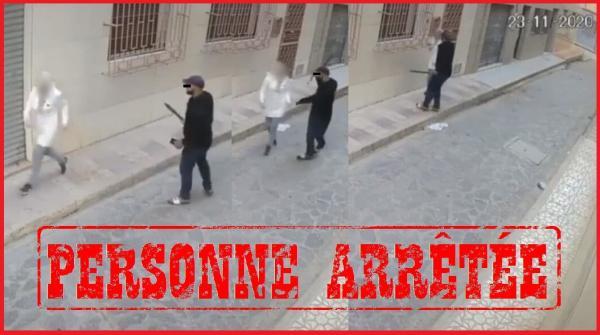 فيديو يُوقع بلص اعترض سيدة وسرقها تحت التهديد بالسلاح الأبيض