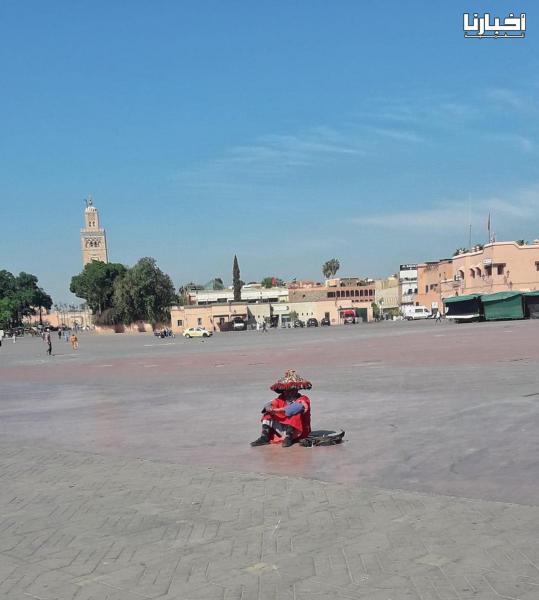 """صورة لكراب يجلس وحيدا  بساحة """"جامع الفنا"""" تعكس حالة قطاع السياحة المتأزم"""