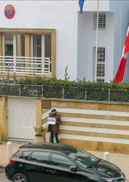 صورة اليوم : مغربي امام سفارة الدنمارك