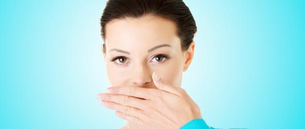 إليك أسباب رائحة الفم الكريهة والحل المثالي للتخلص منها