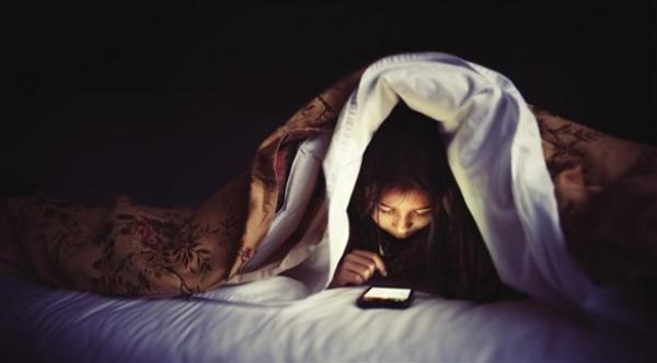 ما خطورة استعمال الهاتف الذكي قبل النوم؟