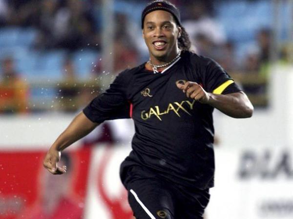 رونالدينيو يشارك  في مباراة خيرية بالمكسيك