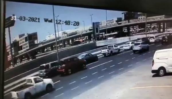 لحظة سقوط سيارة من جسر مرتفع بالسعودية(فيديو)