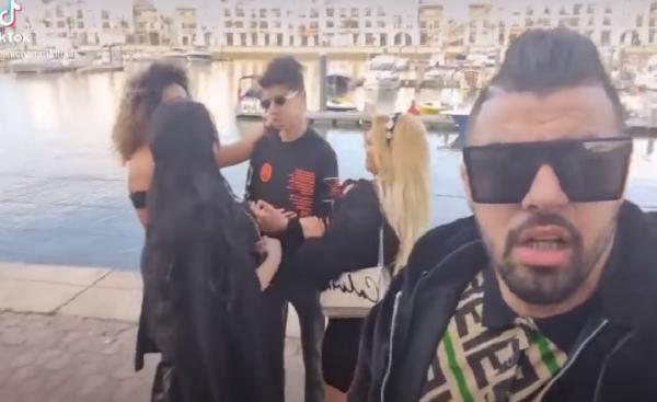 الملولي يثير غضب مُتابعيه بسبب صورة مع فتيات أجنبيات بملابس شبه عارية