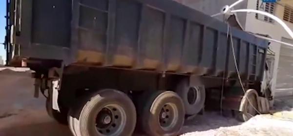 شاحنة تقتحم مرآب عمارة سكنية بمدينة فاس طريق صفرو