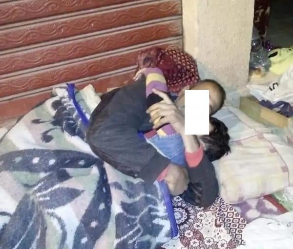 """تم نسبها لأحد ضحايا فيضانات تطوان ... تداول صورة لأب يبيت مع ابنه في الشارع و""""أخبارنا"""" تكشف حقيقتها"""