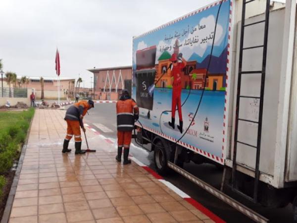 """في زمن """"كورونا"""": عمال النظافة بمراكش يواصلون معاركهم لحماية صحة المواطن"""