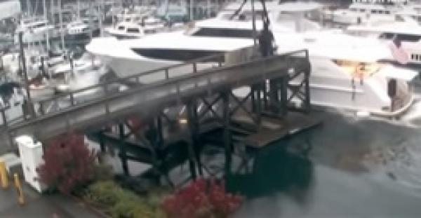 يخت ضخم يحطم القوارب والرصيف (فيديو)