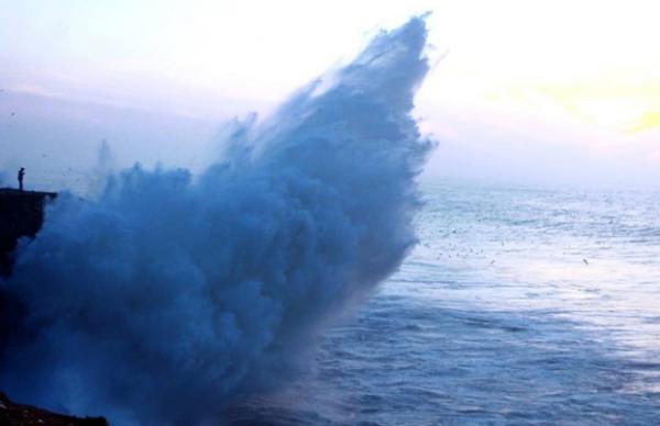 الأرصاد تحذر.. أمواج خطيرة يصل ارتفاعها إلى 6 أمتار على السواحل الأطلسية ابتداء من الإثنين
